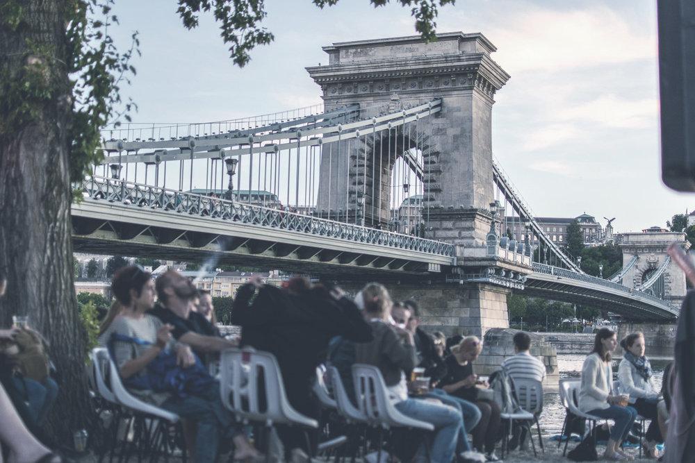 Lánchíd  A világhírű építmény volt az első állandó híd a magyarországi Duna szakaszon. Építésekor a Kelet és Nyugat közt épülő kapcsolatot is szimbolizálta.    Információ  ||  Térkép