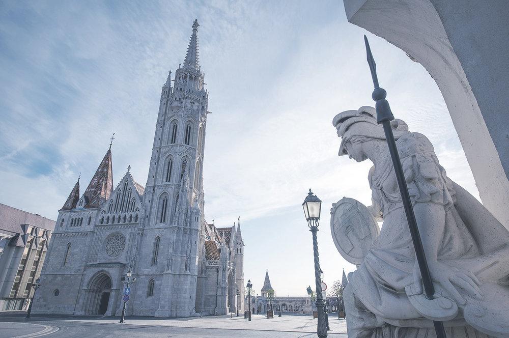 Mátyás-templom  A templom, amely a közép-európai gótikus építészet ékes példája 1015-ben készült el, röviddel azután, hogy az ország áttért a kereszténységre.    Információ  ||  Térkép