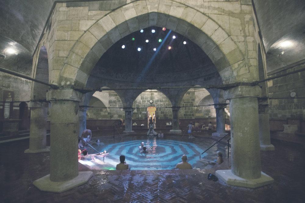 Rudas Fürdő  A népszerű Rudas Fürdő 1520 óta várja a fürödni vágyókat. A középkori szolgáltatásokat ma szaunák, gőzszobák és napozóterasz egészítik ki.    Információ  ||  Térkép