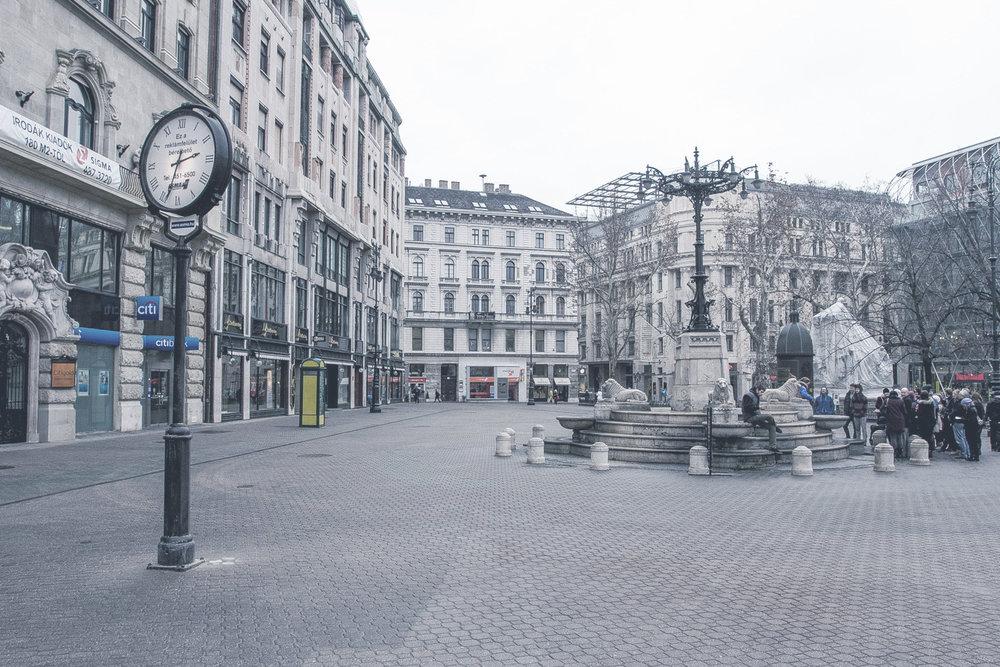 Vörösmarty tér  Budapest legelegánsabb sétálóutcáját minden oldalról építészeti remekművek veszik körül. Decemberben a karácsonyi vásár illatával ejt rabul.    Információ  ||  Térkép
