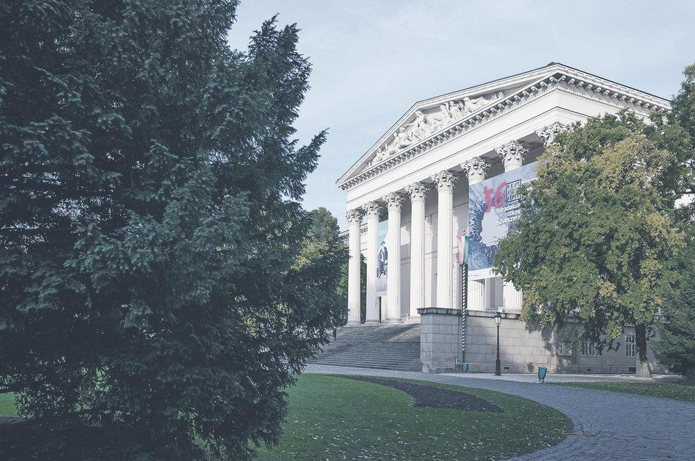 Magyar Nemzeti Múzeum  Magyarország legnagyobb múzeuma egyedülállóan mutatja be az ország történelmét és kultúráját. Kihagyhatatlan úti cél turistáknak és helybélieknek egyaránt.    Információ  ||  Térkép