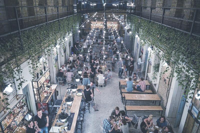 MAZEL TOV  Fákkal és különféle növényekkel beültetett kulturális találkozóhely a régi zsidó negyedben, gasztronómiai különlegességekkel.    Térkép  |  Honlap  |  Facebook  | Árak: $$