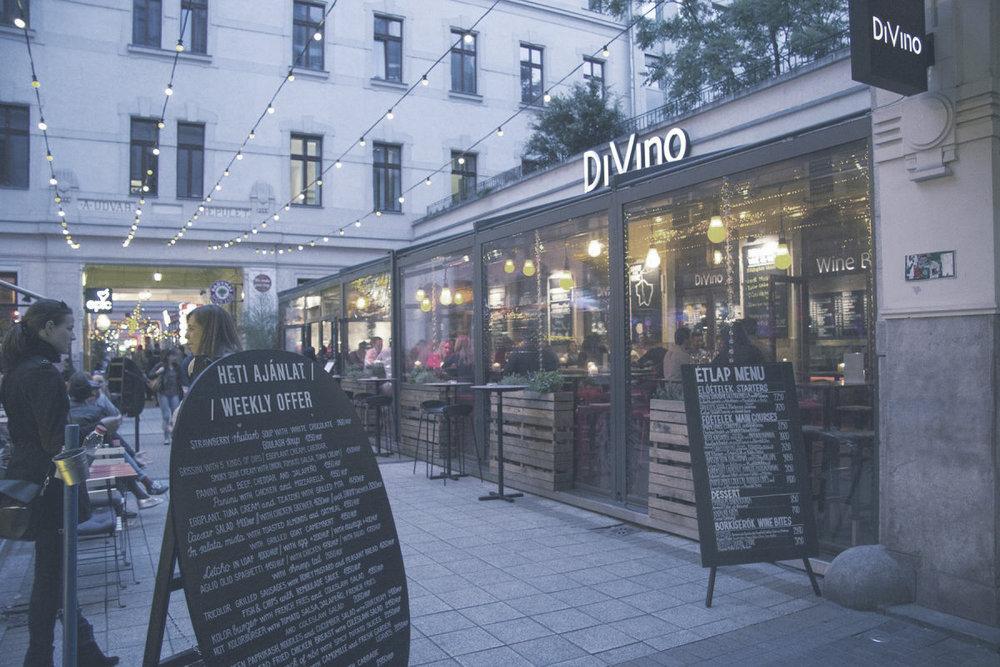 DIVINO GOZSDU  A legnagyobb, egész éven nyitva tartó borterasz 120 féle magyar borkülönlegességgel várja vendégeit, akár VIP borkóstoló eseményeken is.    Térkép  |  Honlap  |  Facebook  | Árak: $$