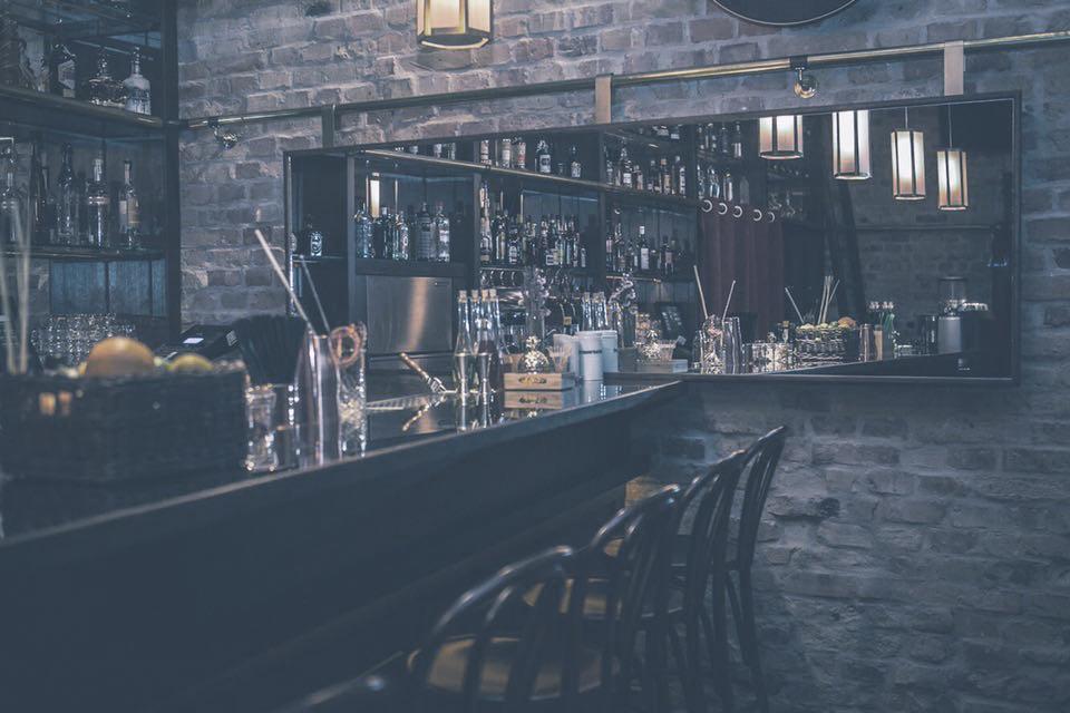 BLACK SWAN  A régi időket idéző speakeasy hangulat és modern idők elegáns ötvözete várja a gasztronómia szerelmeseit.    Térkép  |  Facebook  | Árak: $$$