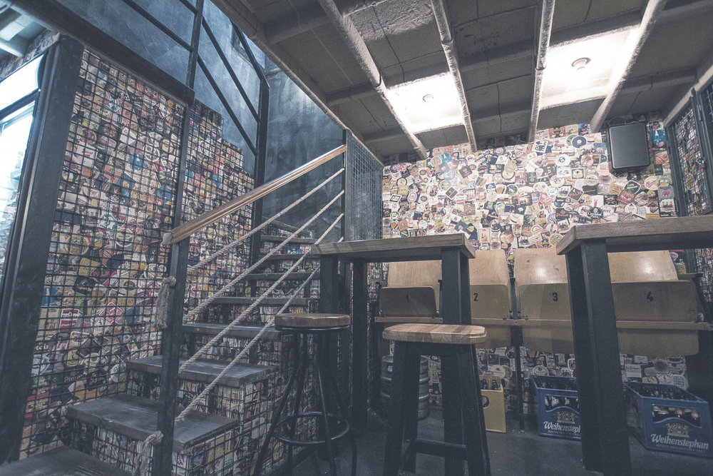 HOPS BEER BAR  Egy sörözőnél, ahol a falakat plafonig söralátétek fedik nem is lehetne barátságosabbat találni. Közel 130 üveges sör közül választhatunk.    Térkép  |  Facebook  | Árak: $