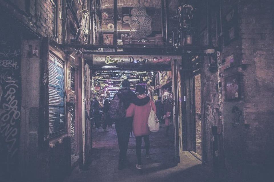SZIMPLA KERT  A leghíresebb romkocsma a helyiek és a turisták körében is. Úttörő és trendalapító kulturális központ. Mozi, kiállítás, zene egy helyen.    Térkép  |  Honlap  |  Facebook  | Árak: $