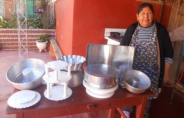 Bolivia entrepreneur makes wedding cakes