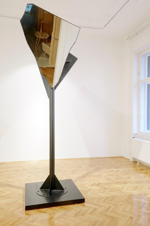 Őr | Guard 2017. vas, tükör / metal, mirror, 122 x 122 x 315 cm, ed. of 3, 1/3