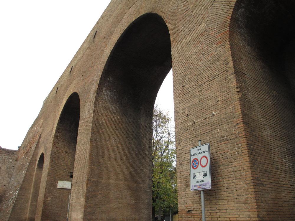 OB21 Roman aqueduct.JPG