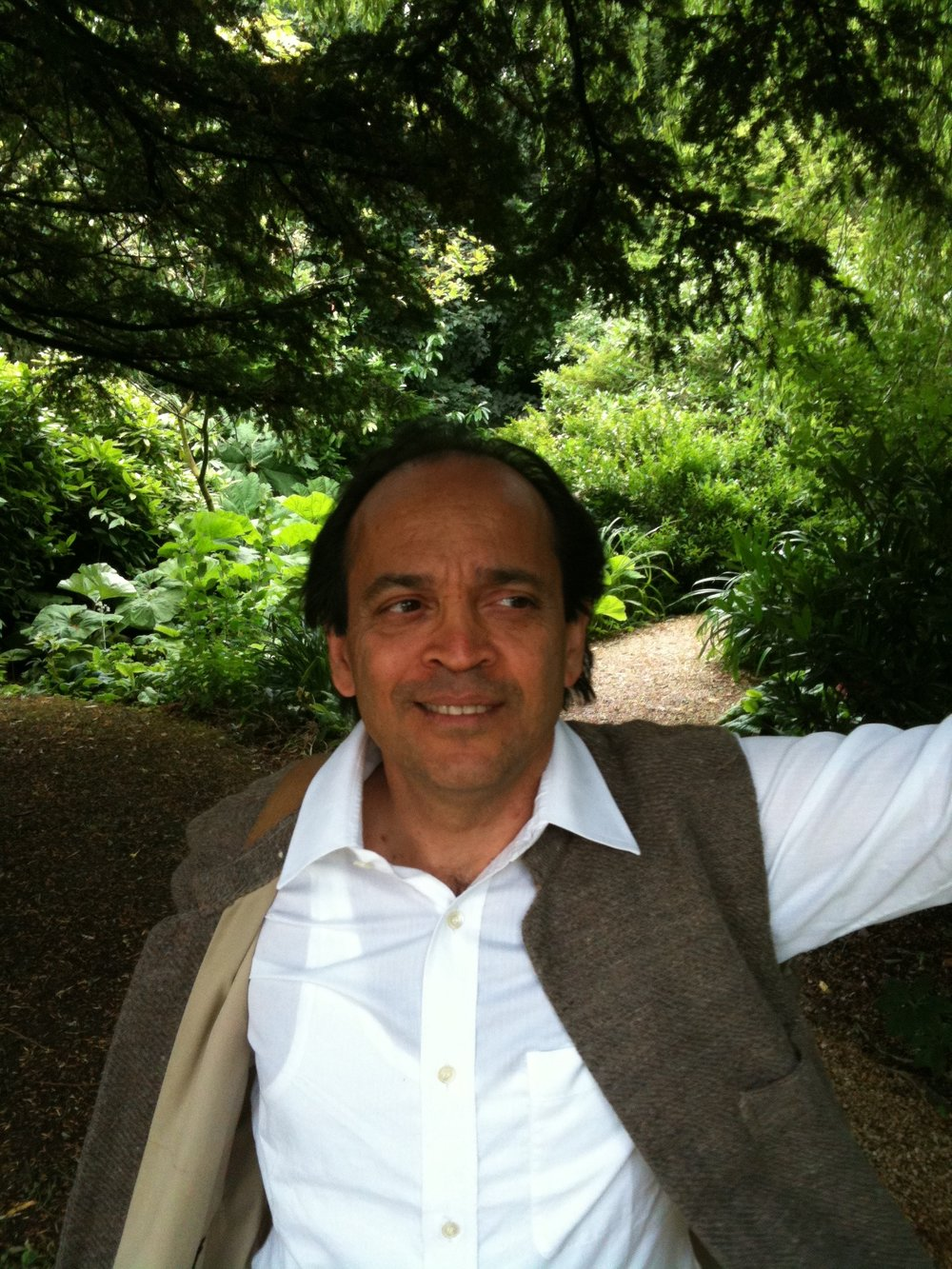 113 Vikram_Seth,_in_Oxfordshire.jpg