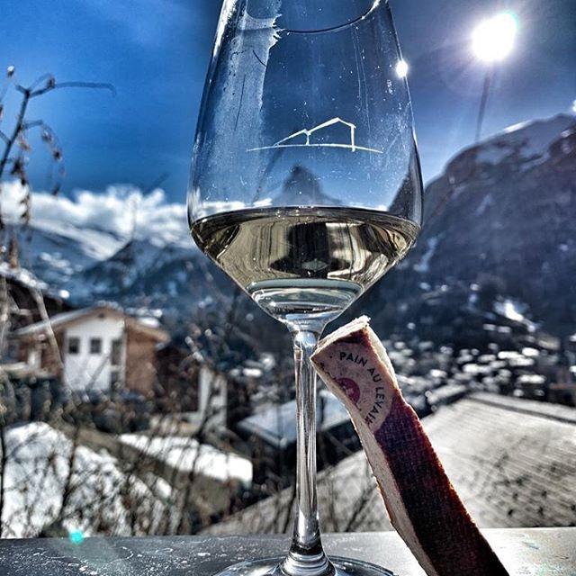 Un apéro face au Cervin sur une terrasse à couper le souffle ! Un verre de blanc et une tranche de Meule ! J'en Meule d'envie ! #bestview #zermatt #valais #wallis #gourmet #globtrotter #terroir  #swiss #swissbread #cheese #friendship #soif #afterski
