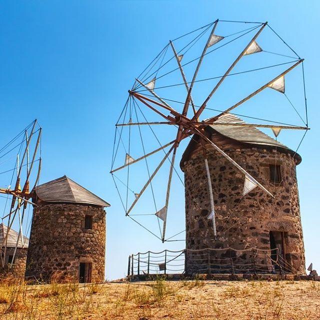 Il fut un temps où les moulins à vent jouaient eux aussi un rôle de Meunier. Aujourd'hui, les techniques ont évolué mais les farines que nous utilisons sont 💯 % suisses 🇨🇭! #painlocal