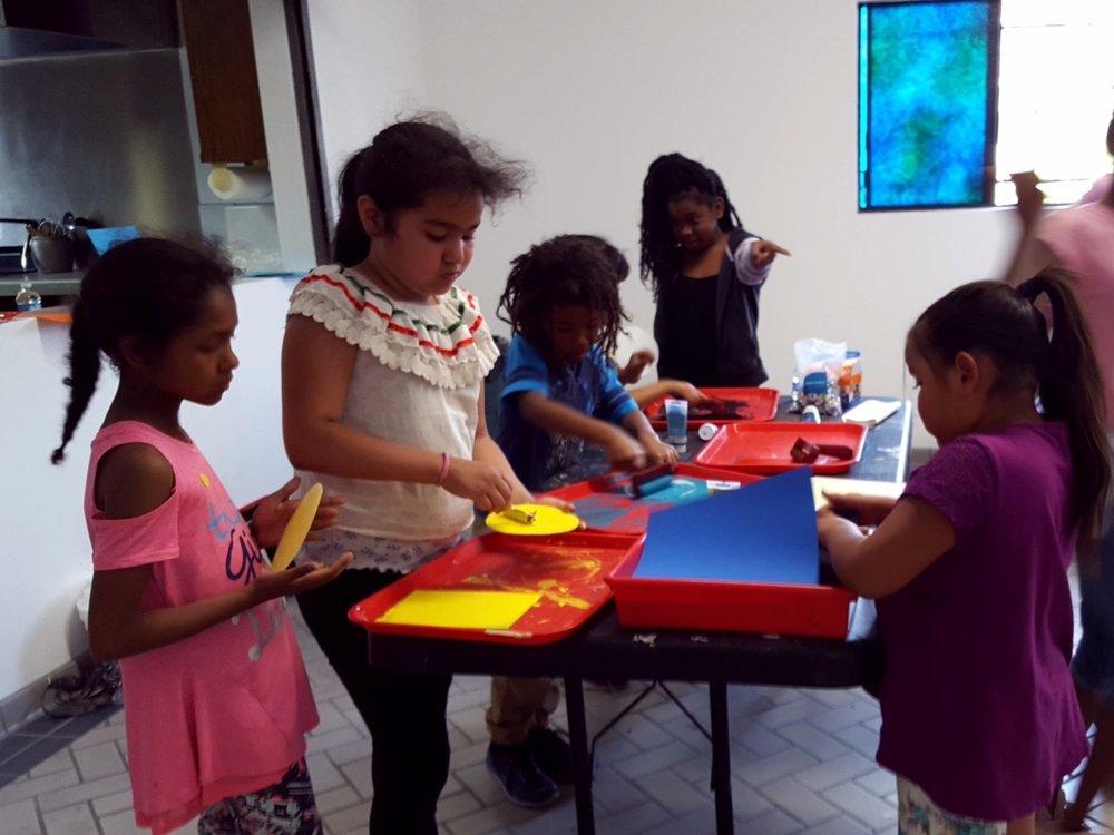 Family Art Workshops/ Talleres de arte para familias   Ongoing; January - June  Regularmente: Enero - Junio