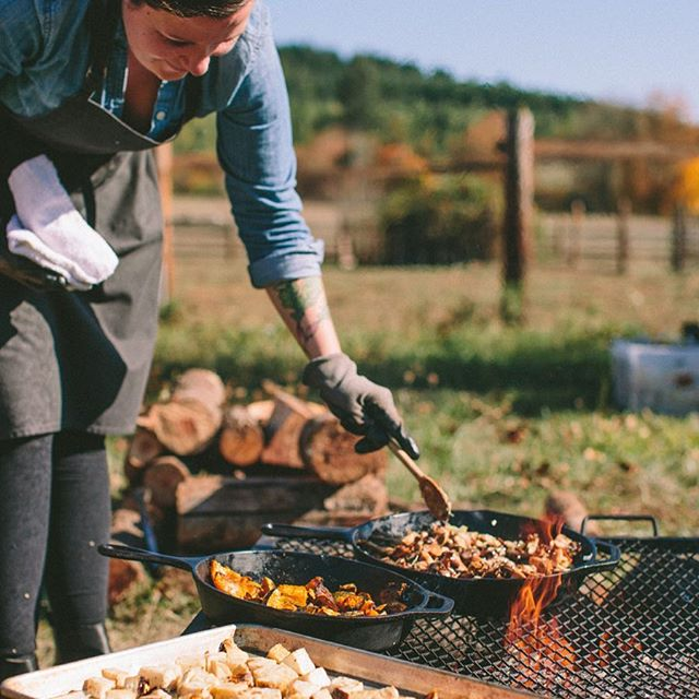 Already missing those golden early autumn days of happily cooking outside in shirtsleeves 🍳🔥 📸 by @theeternalchild from our seasonal living workshop with @theravenstandsalone @britaniekessler @lookingglassfarm