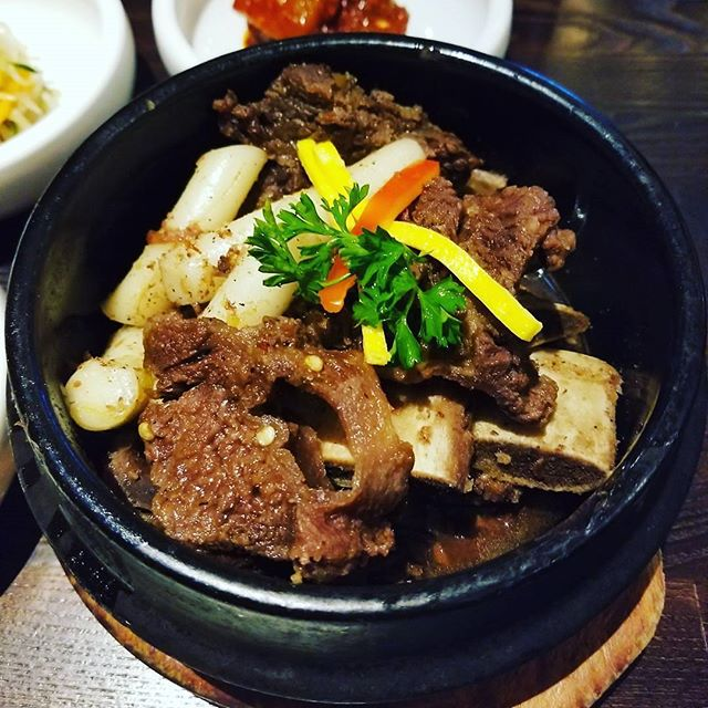 #Mondays are meant for a bowl full of #braised #shortribs, #rice cakes, #chestnuts and a flavorful #party in your mouth! Hooray for #GalbiJjim! 🎉  PC: @simplysamlee 😋 #Surah #KoreanBBQ #BuenaPark