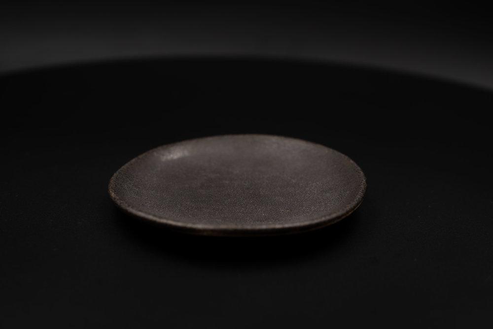 E5 | Mini Plate - Glaze: Black on BlackMaterials: ClayØ 13cm x 1.5cm | Ø 5.1
