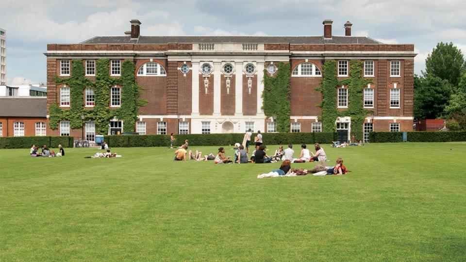Students-relaxing-on-the-College-Green_4452.jpg