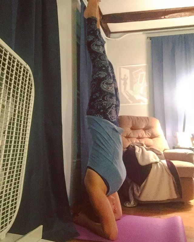 When you finally master a one-minute unsupported headstand and you kinda want to do it all the time. 🙈 • • • #yogachallenge #yogaeverydamnday #headstand #pushyourlimits #selfmotivation #healthymind #yogapose #mindfulness #justbreathe #zentime #morningritual #yogastrong #namaslay