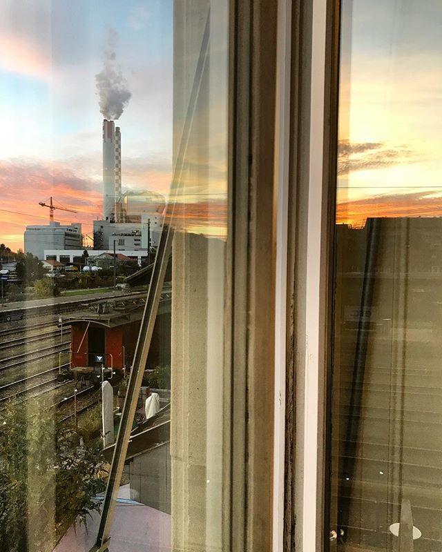 Blick aus unserem Gemeinschaftsbüro von @onlinekarma_official  @baselswizz & uns @ilgiardinourbano - - #onlinekarma #baselswizz #ilgiardinourbano - #basel #aussicht #stellwerk #bahnhof #stjohann #sonnenuntergang #railstation #rsa_nature #citytripme #railtrail #binario #tramonto #basilea #atardecer #sunset_pics #sunsetlover #sunset_captures #landscapephotography #myswitzerland #ig_switzerland #switzerlandpictures #visitswitzerland #ig_europe #living_europe #eveningmood #moodygrams