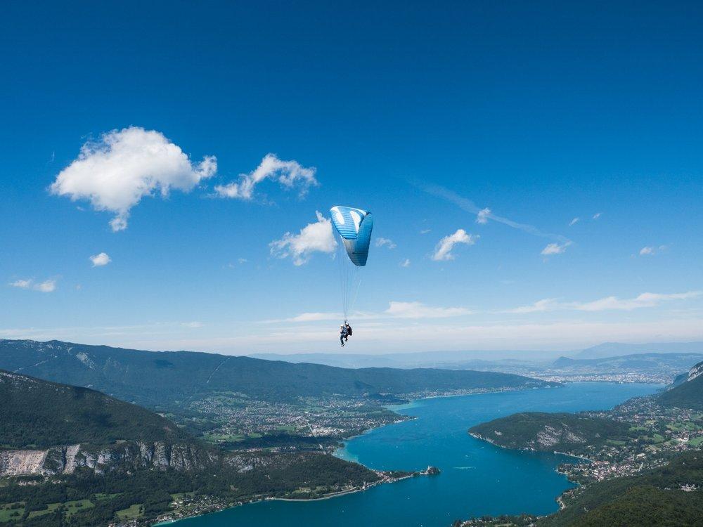 1080498_Gleitschirm_fliegen_oben_am Lac Annecy_Frankreich_Aug17.jpg
