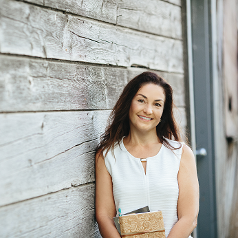 - Hi, I'm Della. I live in the country, love to write, travel & spend time with my family. I have a passion for chakras which I turned into a booming business - how great is that?