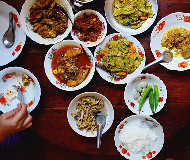 Traditional #Thingyan foods: fish curries over rice diluted w cold water to fill and cool your body after playing in the hot sun all day. Happy new year #myanmar 💦 #waterfestival #hpaan #karinstate