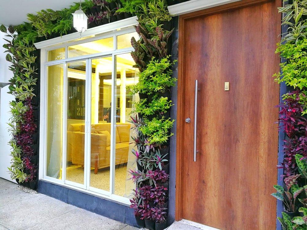 DC SUITES - Sistema: Jardín Vertical - Bioparametro®, riego automáticoPaisajismo: @jeos6090