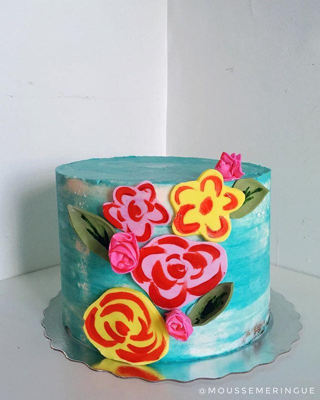 Un peu de soleil dans cette journée méga enneigée avec ce gâteau fleuri! 🌸🌼🌺 Les fleurs en fondant et peintes au colorant sont inspirées des fleurs en papier. Bonne tempête Montréal! Soyez prudents ❄️🚗
