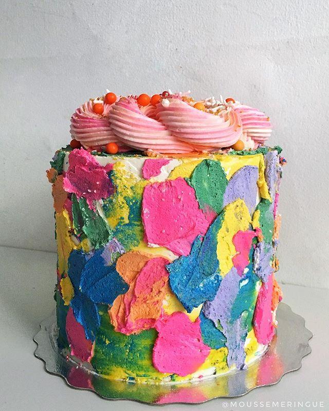"""Notre dernier gâteau de l'année 🙌 Un Chocolat Blanc coloré! 💕 Lorsque ma cliente m'a demandé un design """"fun, bright & colourful"""", je n'ai pas pu pensé à autre chose qu'au design de @blondebakingmama 💙 Alors je m'en suis inspirée pour ce gâteau! Un énorme merci à tous ceux qui nous ont fait confiance au cours de l'année. J'ai pu voir ma clientèle grandir en 2017, avoir de plus en plus de commandes chaque mois et j'ai beaucoup appris! Ça fait énormément plaisir de se bâtir des clients réguliers et d'avoir pu leur confectionner quelques gâteaux au cours de l'année! Merci du fond du cœur 💛 Je vais me préparer à l'arrivée de bébé et on se revoit à l'été avec un projet fou 💘"""