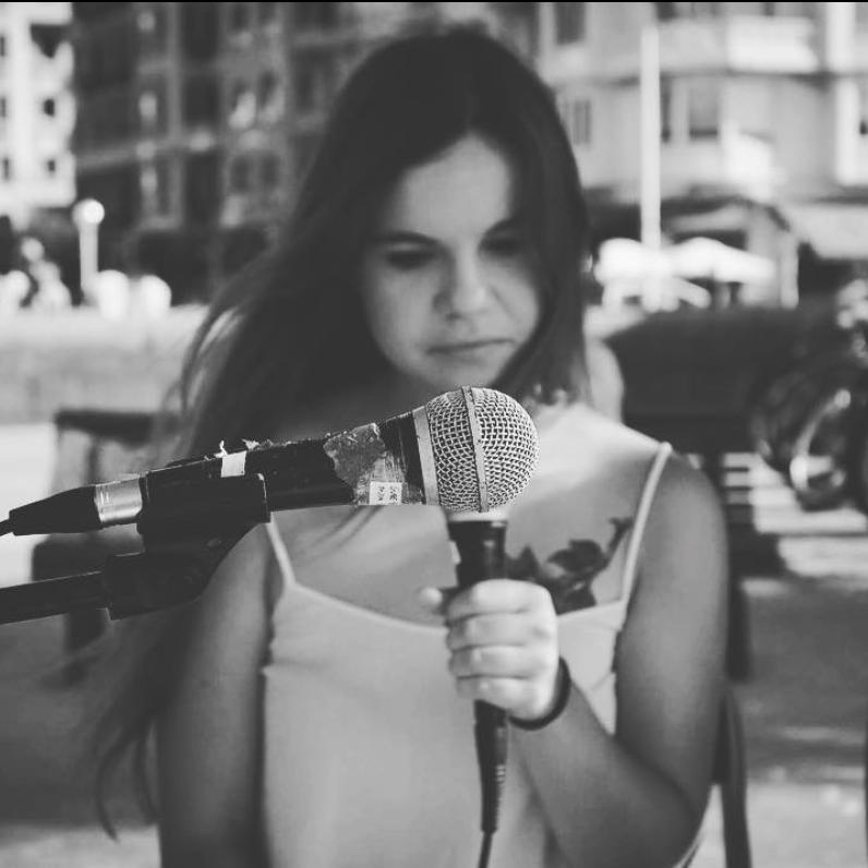 SARA ZOZAYA - La voz de Sara cuenta historias y canta sentimiento.