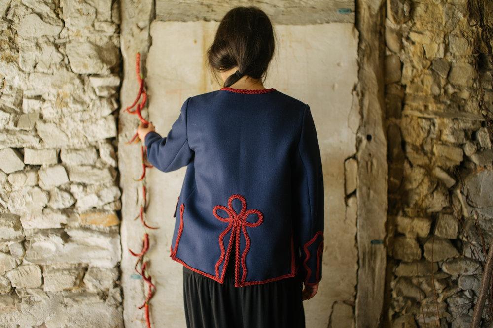 ARRATIARRA-MARINELA gorria-espalda-Amarenak-Adrian Perea-historias que se llevan puestas- janzteko istorioak- wearable stories.jpg