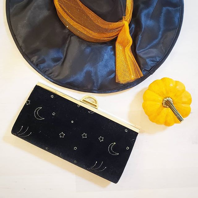 Cresent moon in the sky winks at witches flying by....Happy Halloween! 🎃✨ . . . Shine like the stars and moon in the sky with the ISTI Belfair Clutch in black velvet . . . #isticlutch #halloweenfashion #cresentmoon #fallfashion #velvetclutch #happyhalloween #witcheshat #witchplease #witchfashion