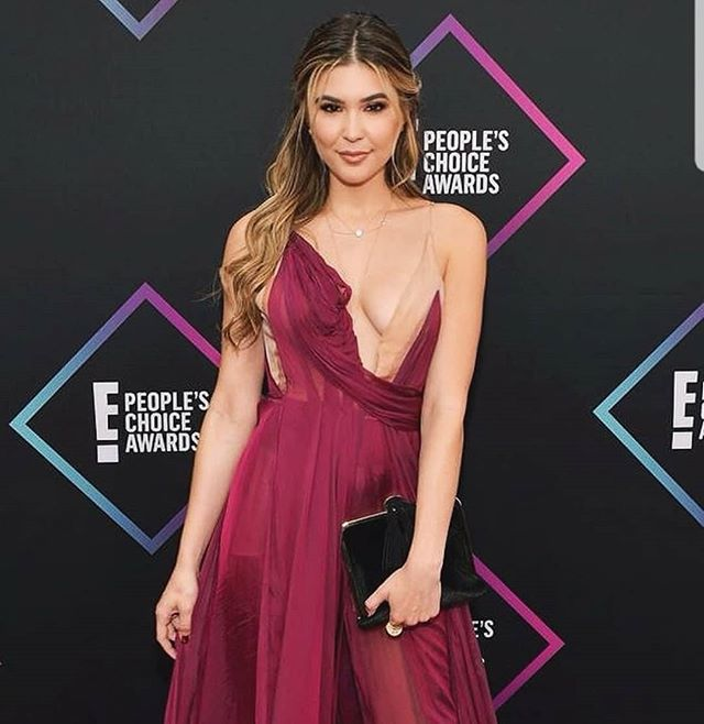 @cathykelley is our Monday motivation! We ❤ inspirational women. Not to mention our ISTI Jones in black velvet made to the E! red carpet! #blackvelvet #velvetclutch #peopleschoiceawards #motivationmonday #eredcarpet #redcarpet #isticlutch
