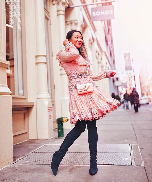 @layersofchic_  is twirling into the New Year with her ISTI Agusta clutch in patent blush. Happy New Year!🎉🎉🎉 #patentperfection #blushclutch #isticlutch #isticlutch #fashionblogger #prettyinpink