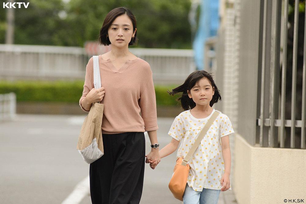 歷經家暴後離婚的單親媽媽,極力努力克服憂鬱症之餘,還要邊找工作並做個好媽媽,走在崩潰邊緣。