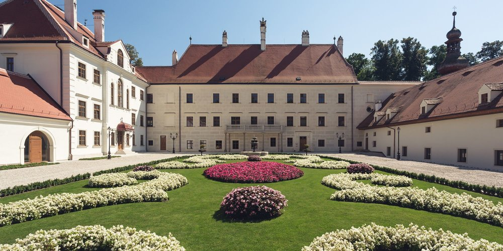 Option A: Accommodation at the magical hotel Schloss Thalheim with half pension. You spare your time driving and enjoy the spiritual vibration of the place.