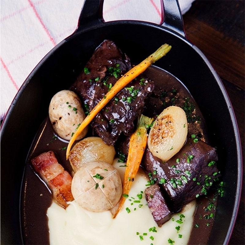 Ici Brasserie   Cuisine casual aliada à grandes cervejas. Quer uma dica? O delicioso Boeuf bourguignon, uma carne cozida em baixa temperatura, com molho de vinho e outros ingredientes gostosos.