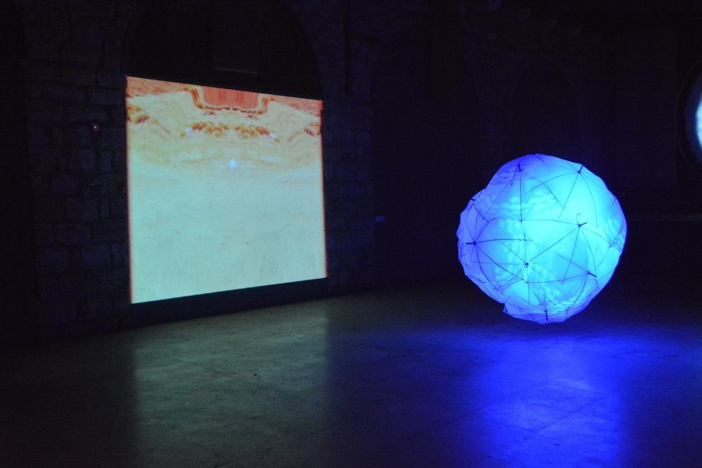 «Suspendre le temps», sculpture, lumière et vidéo.