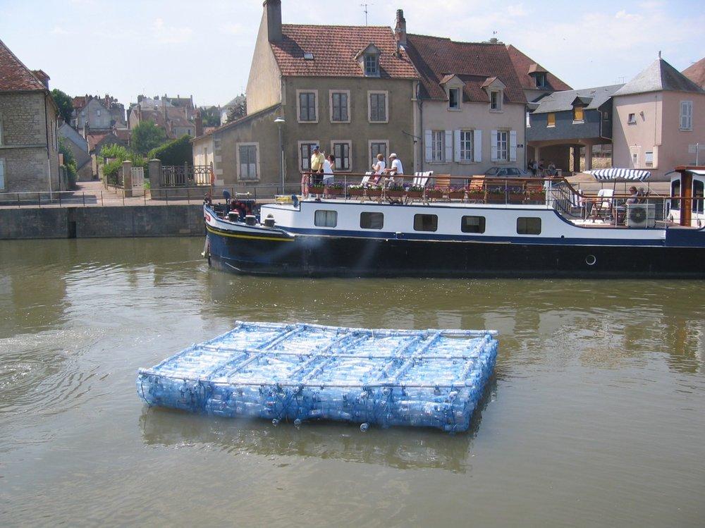 «Haro sur l'Yonne», sculpture flottante réalisée avec la participation des citoyens de Clamecy en France.