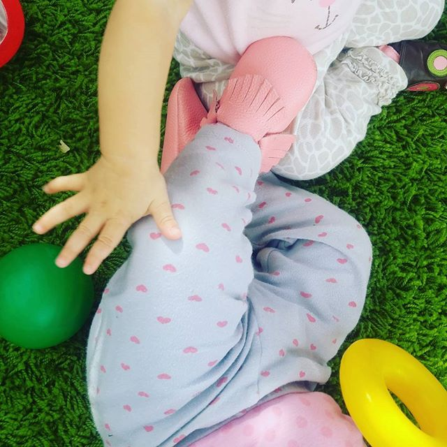 It is so fun to see children switch from parallel play (where they play next to but not with other children) to associative play (where they actively engage and play with other children). Do you know about the many types of play?  #play #preschool #babiesofinstagram #sandiego #parallelplay #associativeplay #infants #baby #playmates