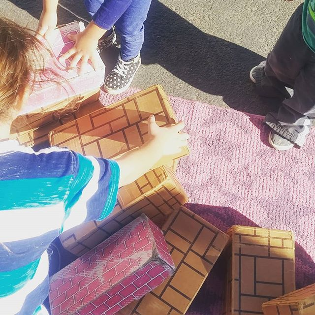 Look at these little people building collaboratively! Stacking blocks is so much more fun with friends! #blocks #construction #stemforpreschoolers #stem #mathscience #engineering #preschool #play #playground #sandiegodads #sandiegokids #sandiegomoms #sandiego