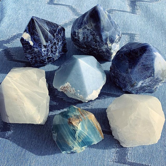 The color of water & the sky 💙 Cool tone crystals from the earth 🌎 ✨ • • • • • • • #soldalite #crystalheart #shopcrystalheart #earth #confidence #crystals #gems #healing #stones #chakra #heartchakra #magic #beauty #blueonyx #positiveenergy #positivevibes #losangeles #brazil #usa #blue #stone #gem