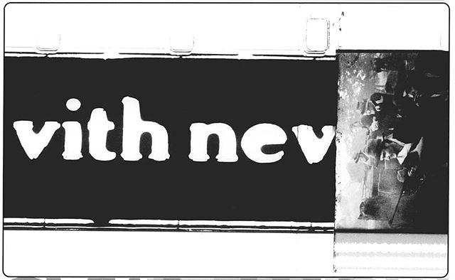 """CINE RECICLADO EN MUSEO NACIONAL CENTRO DE ARTE REINA SOFÍA Miércoles 6 de febrero 15:00 El noticiero cubano 49 de 1960 muestra a un grupo de seguidores triunfales de la revolución en el techo de las antiguas oficinas de la Warner Brothers y UnitedArtists en Cuba mientras destrozan los carteles de estas distribuidoras hollywoodenses con mazas. Sobre las imágenes de las letras iluminadas gigantes que caen una a una, un narrador invisible entona: """"Durante largos años, los filmes norteamericanos envenenaron las pantallas de los cines cubanos, haciendo la apología del imperialismo y predicando la violencia y el crimen. ... Ahora podremos ver las películas revolucionarias de todos los países del mundo"""". Mediante esta y otras expropiaciones, el nuevo gobierno cubano incautó también infinitos rollos de películas comerciales que más tarde serían fragmentadas y reutilizadas en muchas producciones del ICAIC (Instituto Cubano del Arte e Industria Cinematográficos). La reutilización del metraje de Hollywood (como de fragmentos de otros cines nacionales, incluido el propio) resuena con una tradición importante de apropiación y reciclaje dentro de la historia de la vanguardia latinoamericana. EnManifesto Antropófago, la histórica provocación de 1928 compuesta por Oswald de Andrade, el poeta y dramaturgo brasileño exigió la captura y la ingesta: """"Solo me interesa lo que no es mío. Ley del hombre. Ley del antropófago."""" La práctica del cine experimental mediante la apropiación de fragmentos de películas preexistentes sugiere las funciones caníbales arquetípicas no solo como paradigma de una práctica cinematográfica crítica, sino también como una estrategia mayor de descolonización y como un modelo contundente para la producción cultural latinoamericana. @lafilmforum @museoreinasofia  #cineexperimental #cowboyandindianfilm #RaphaelMontañezOrtiz #madrid #losangeles #experimentalcinema #reinasofía"""