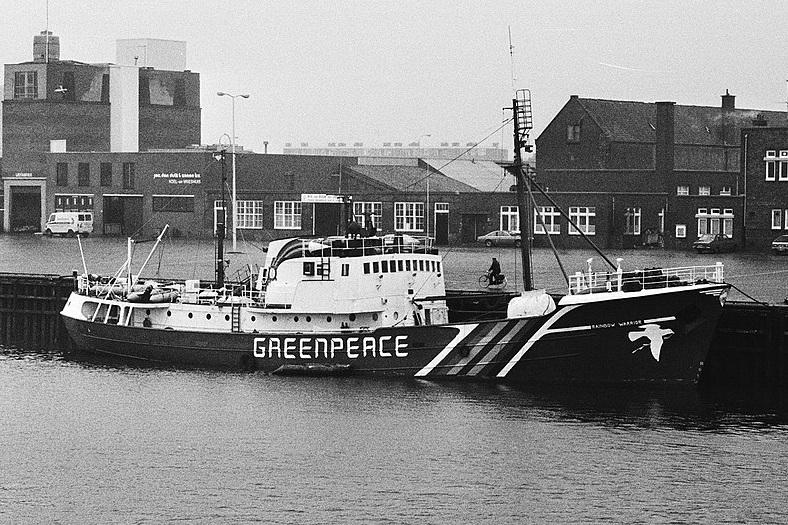 1024px-Schip_Rainbow_Warrior_van_Greenpeace_in_Scheveningen%2C_Bestanddeelnr_930-2632.jpg