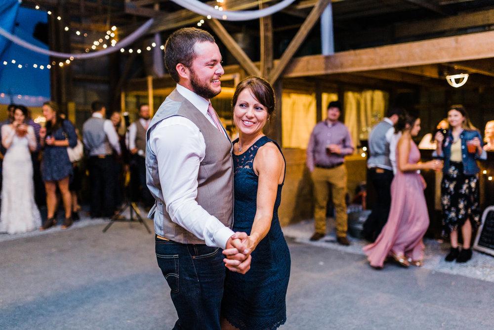 groom-mother-dance.jpg