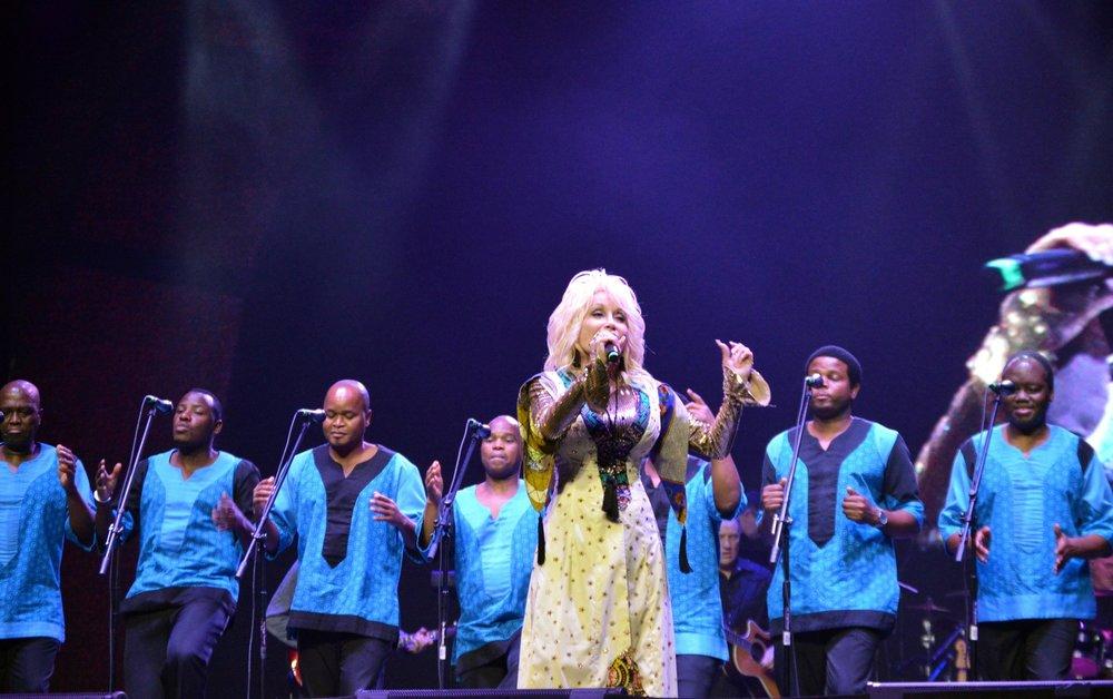 """Dolly Parton performs """"Peace Train"""" with Ladysmith Black Mambazo"""