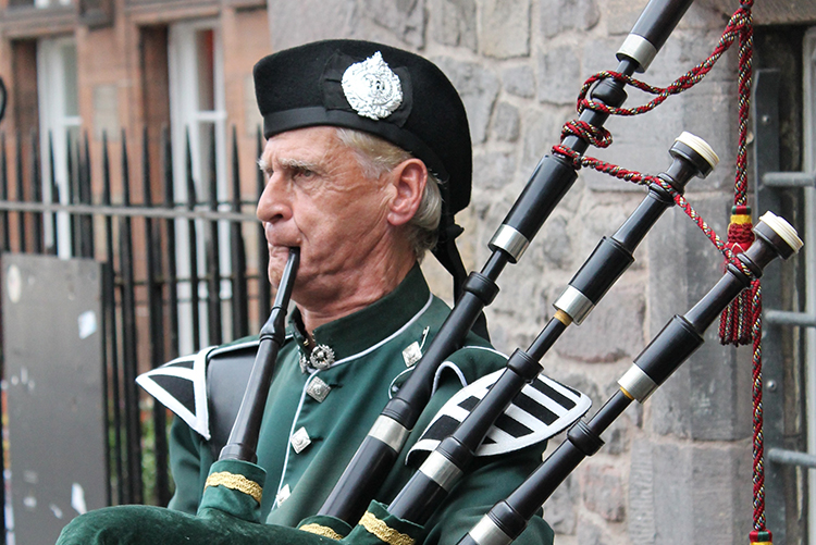 Scottish-wedding-traditions-Scottish-wedding-blessing-piper.jpg