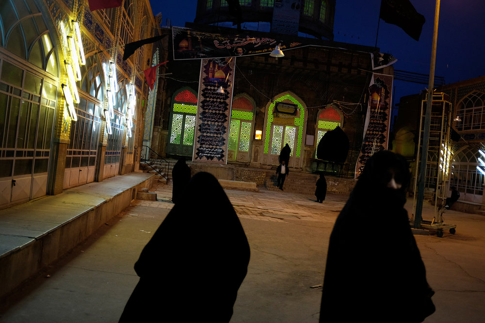 Women make their way toward mosque at prayer time in Kashan.