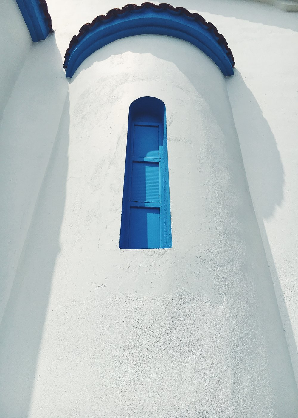 Най-красивата типична църква в бяло и синьо е в Потамия.