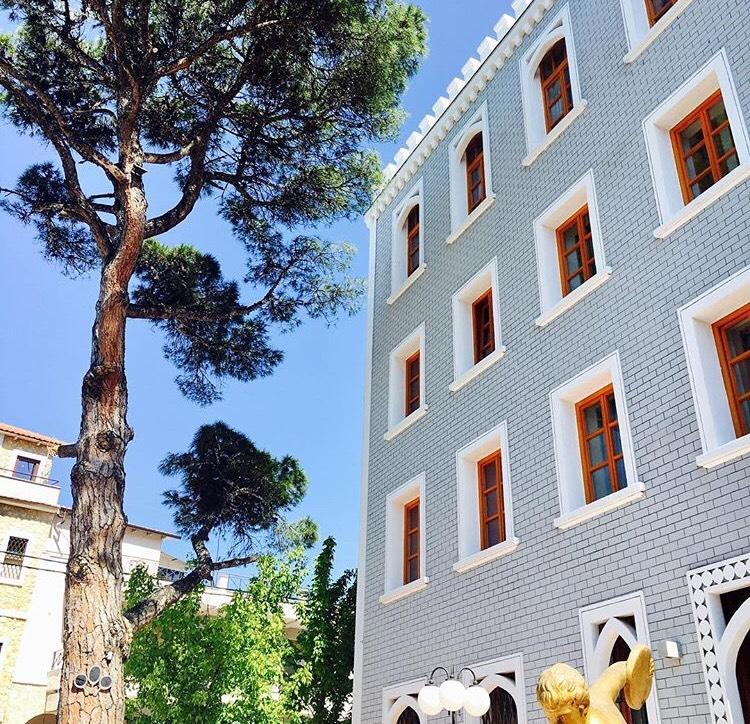 Най-артистичнияхотел на острова е  A for Art Hotel  на центъра, по пешеходната зона в Лименас.